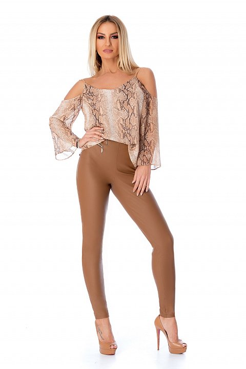 Pantalone slim a vita alta in ecopelle color caramel.