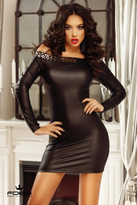 Minidress di colore nero in similpelle con scollo a fascia decorato.