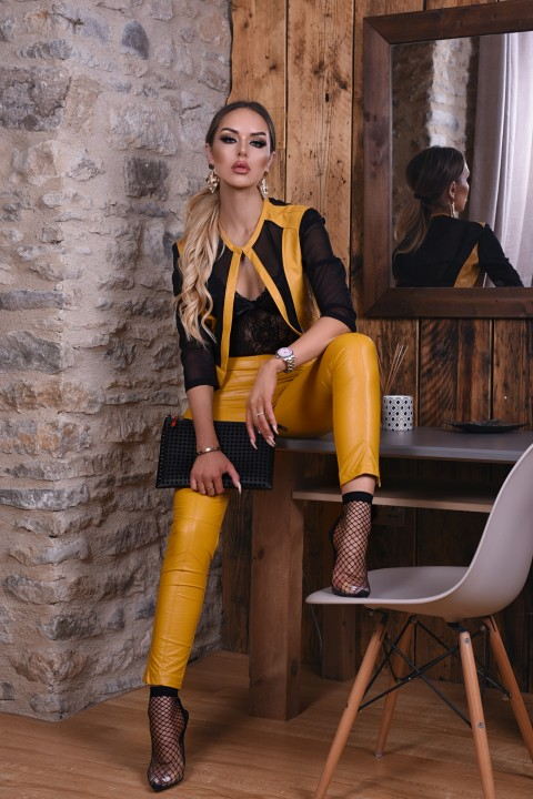Pantalone slim color giallo senape in ecopelle.