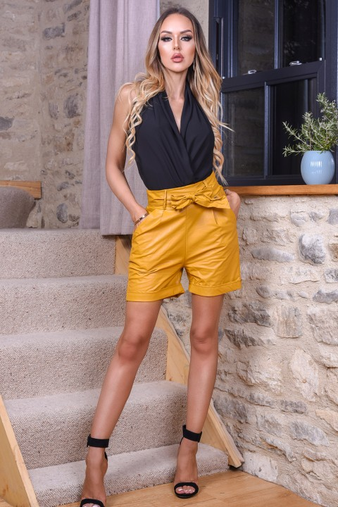 Shorts casual in ecopelle color giallo senape.