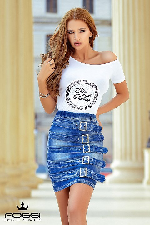 T-shirt bianco con stampa centrale.