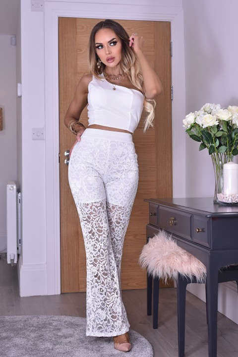 Completo casual bianco con crop top.