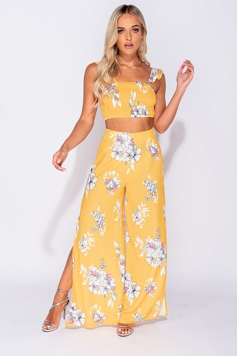 Completo casual giallo fantasia fiori con crop top.