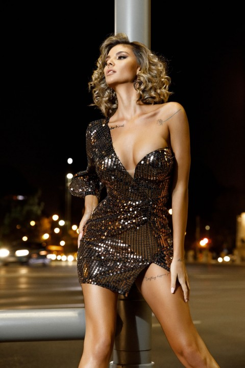 Minidress elegante monomanica color bronzo.