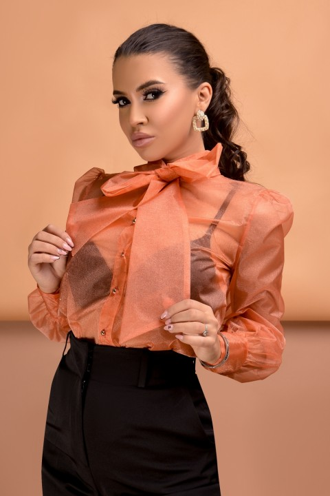 Camicia in tulle color arancio.