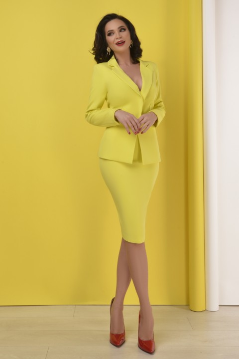 Tailleur di colore giallo con gonna.