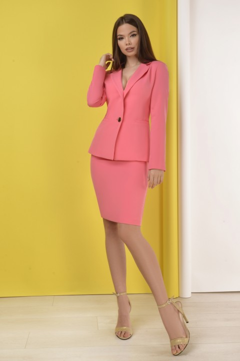Tailleur di colore rosa con gonna.