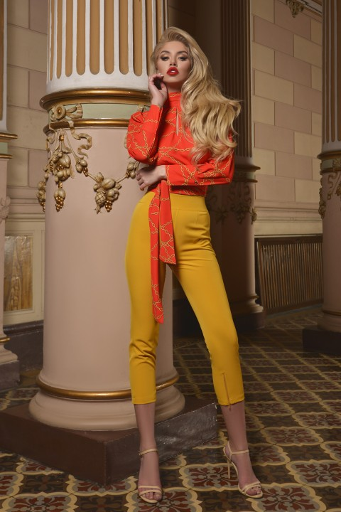 Pantalone slim color giallo senape.