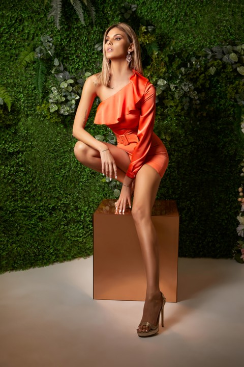 Minidress elegante color arancio con cintura.