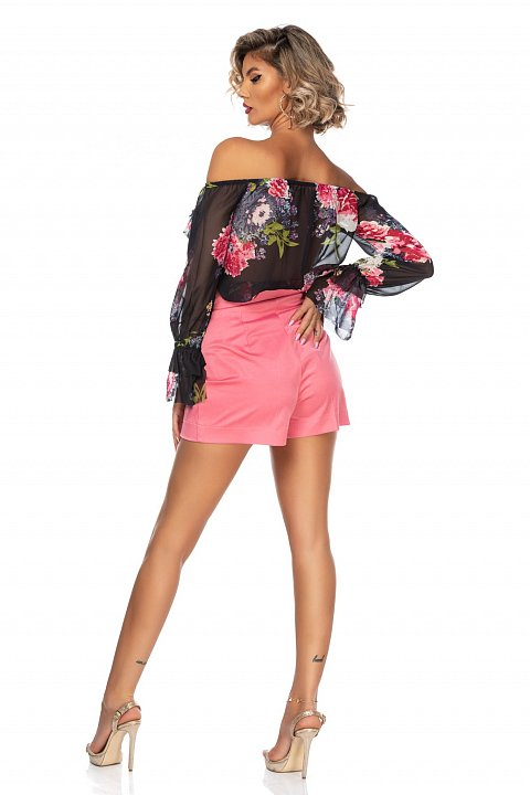 Shorts casual di colore rosa con bottoni decoro.
