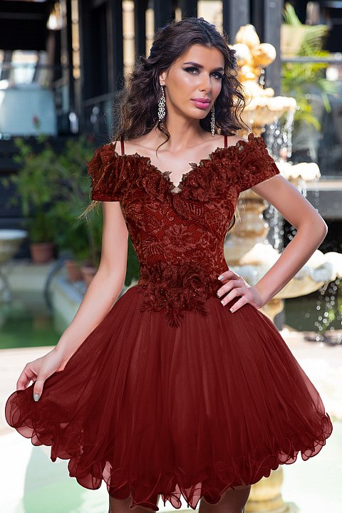 Abito princess in organza e pizzo color bordeaux.