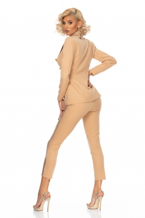 Tailleur smoking di colore beige.
