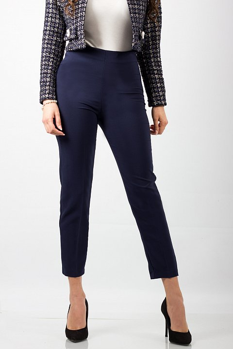 Pantalone skinny di color nero.