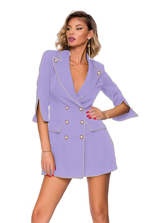 Abito blazer di colore glicine con piping e bottoni dorati.