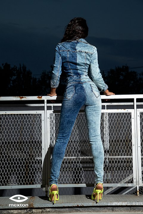 Suit with faded and distressed blue jeans with high-waisted skinny trousers