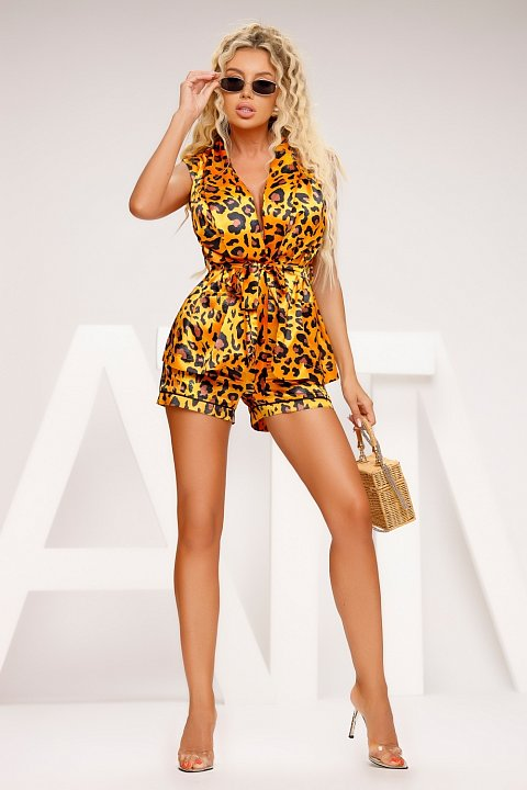 Casual suit in animalier patterned satin.