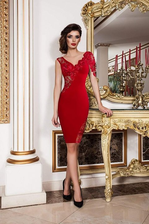 Elegant red sheath dress with tulle and embroidery.